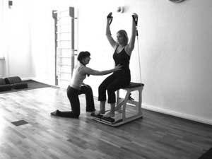 Personal Training Frankfurt im K50 Studio - Pilates Chair shoulderpress mit tubes und Anleitung für powerhouse