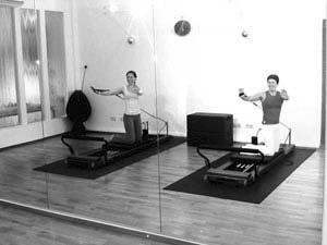 Pilates Frankfurt - trainieren im K50 Personal Training Studio mit dem Allegro Reformer - Übung abtwist