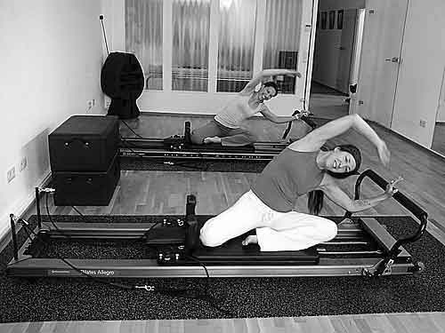Pilates Frankfurt Duo Training im K50 Personal Training Studio auf dem Pilates Allegro Reformer - Übung mermaid