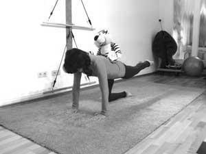 Pilates Schwangerschaft - Endposition der Übung 'Vierfüßler' (mit Tiger)